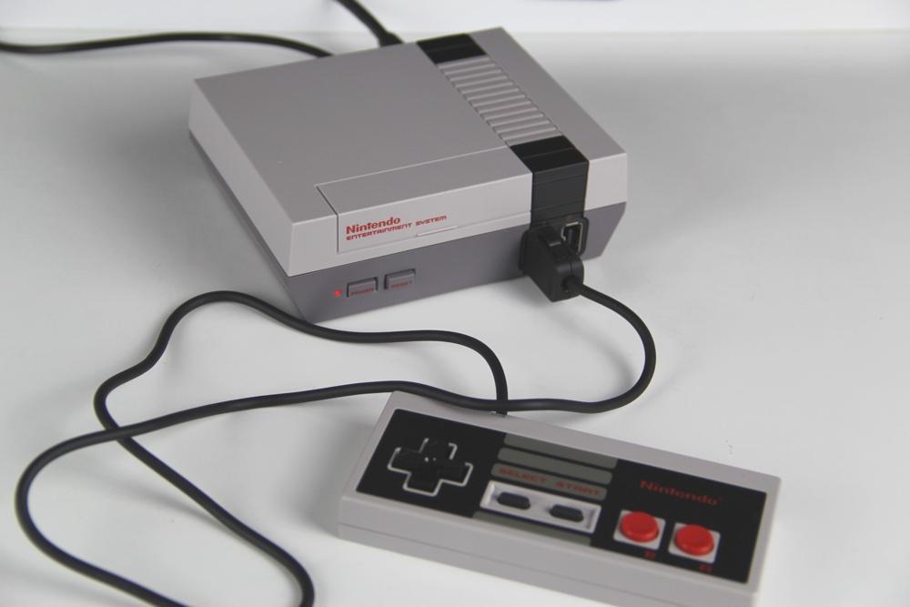 Wenn ein Controller zu wenig ist. Über Adapter und mittels Drittanbieter lassen sich weitere Controller an das Mini NES Classic anschließen.