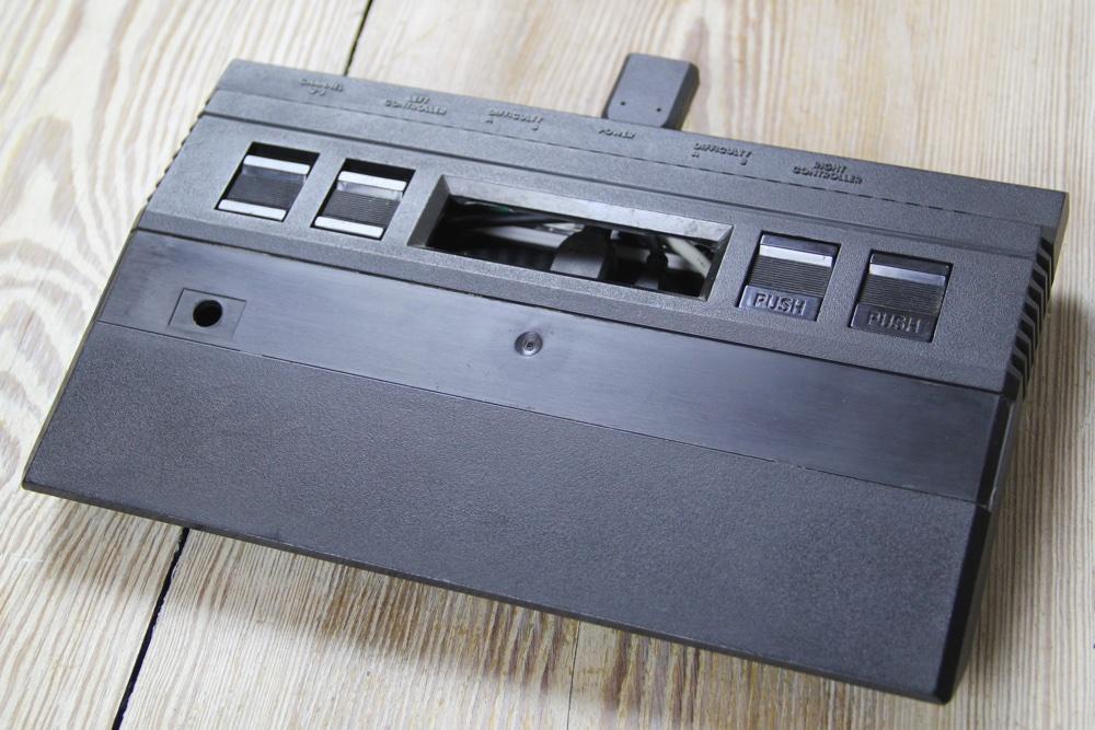 Das Gehäuse eines Atari 2600 Jr. ohne Modulschacht und ohne Frontblende