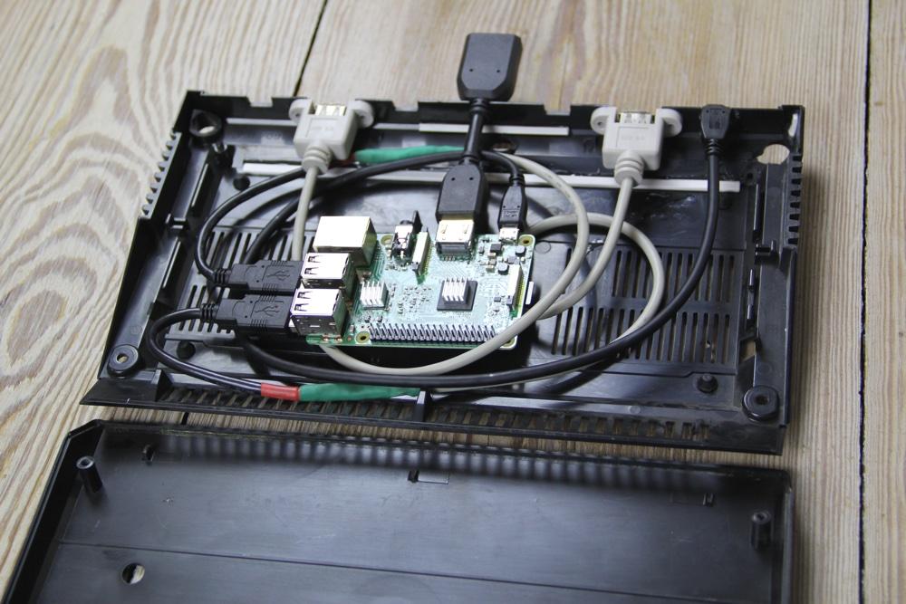 Gehäuse aufgeklappt: Raspberry Pi mit Kabel
