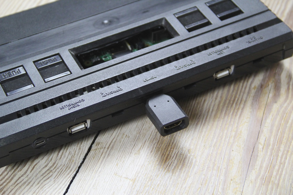 Ein kürzeres HDMI-Kabel und eine Abdeckung für den Modulschacht sind noch in Planung