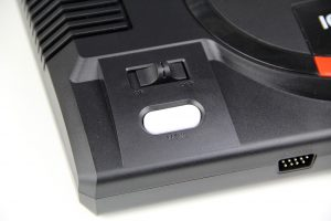 Oben: An-/Ausschalter und Menü-Button der Flashback-Version (Foto: Powerkonsolen.de)