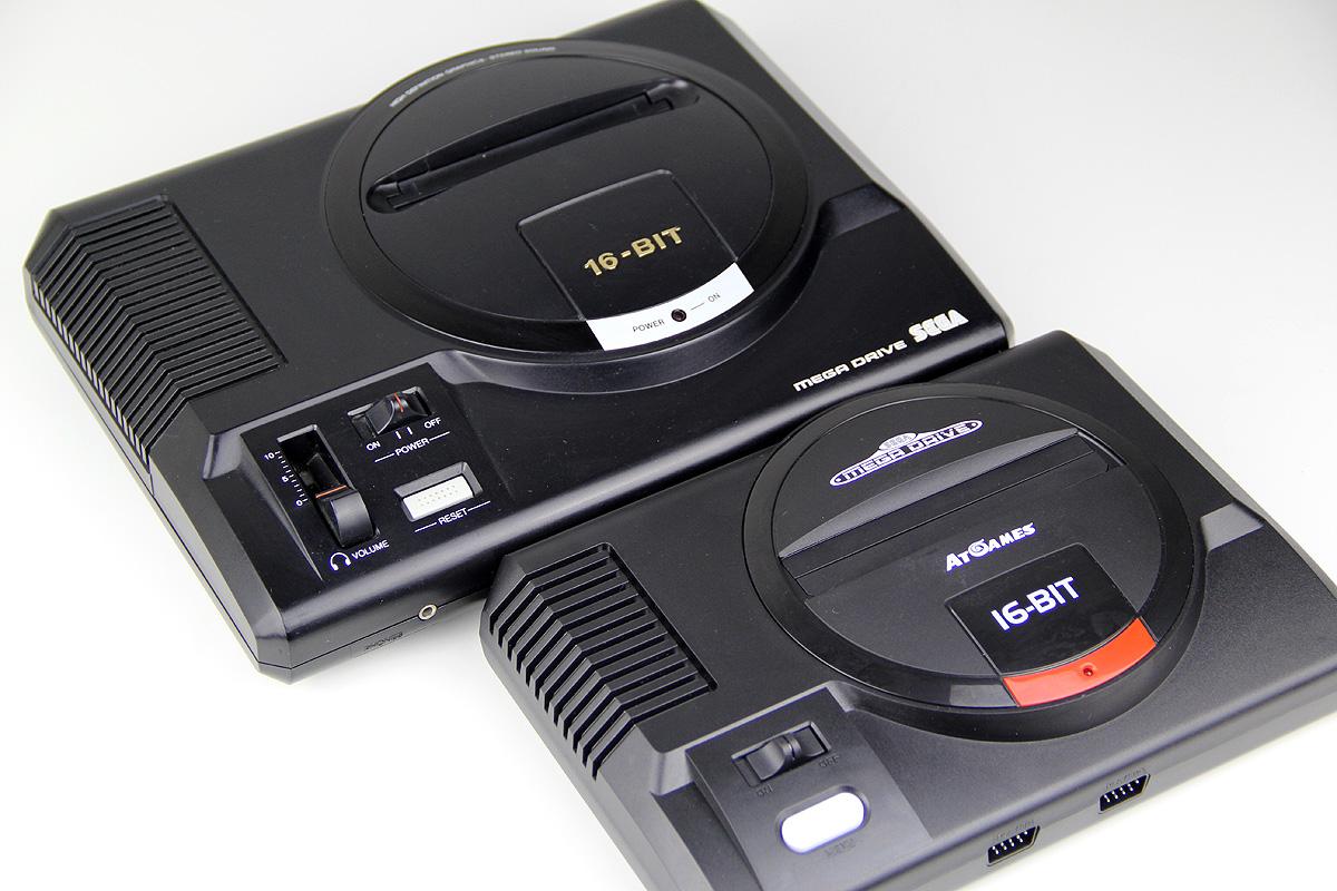Größenvergleich: Sega Mega Drive vs. AtGames Mega Drive Flashback 2017 (Foto: Powerkonsolen.de)