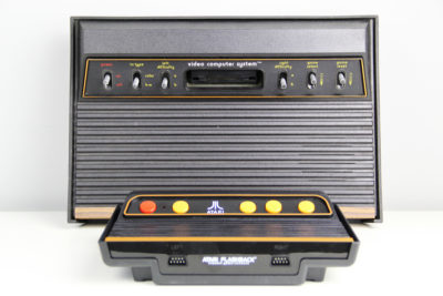 Größenvergleich Atari Flashback 9 HD vs. Atari 2600 (Foto: Powerkonsolen.de)