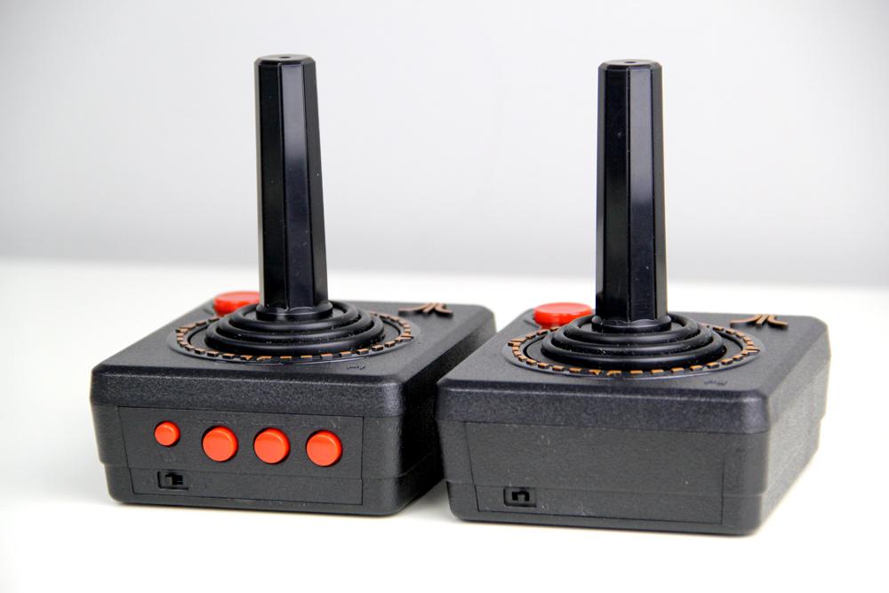 Die Rückseiten der mitgelieferten, kabellosen Joysticks beim Atari Flashback 9 HD (Foto: Powerkonsolen.de)