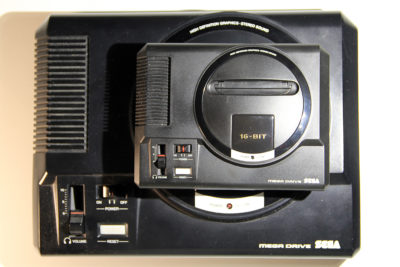 Größenvergleich: Original Sega Mega Drive (unten), Sega Mega Drive Mini (oben)