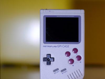 Die vier roten Buttons verraten am Schnellsten, dass es sich hier nicht um den originalen Gameboy handelt.